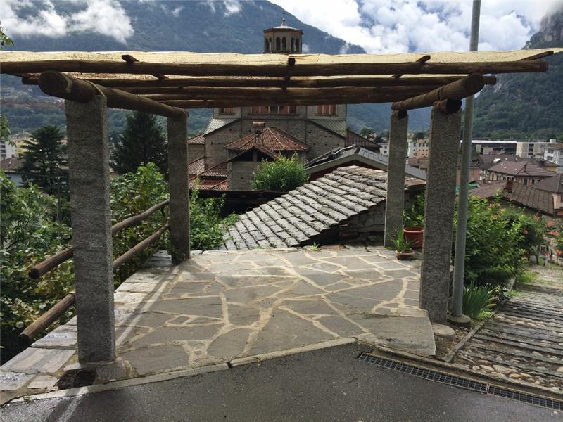 Gazebo in pietra con tettoia in legno for Piani per gazebo con camino